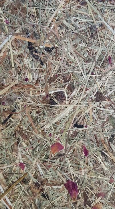 Organoid fieno e rose rivestimento decorativo con materie naturali al tatto e olfatto