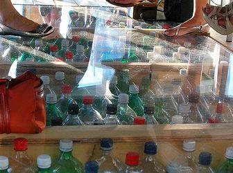 Il ristorante di uno Yacht Club costruito su bottiglie riciclate